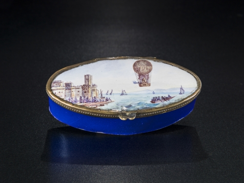 box with painted lid showing hot air balloon