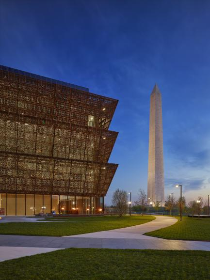 The museum with the Washington Monument