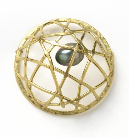 Gold wire basket with pearl